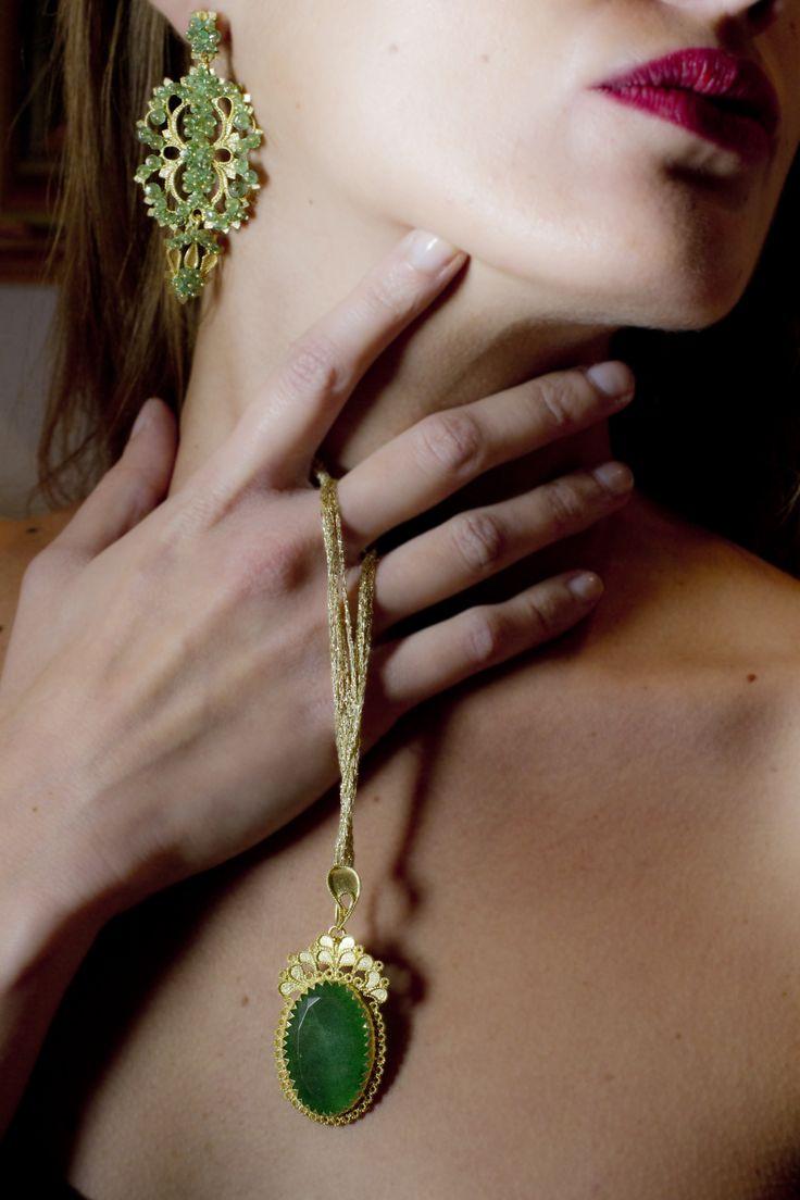 18K gold jewelry set including earrings and pendant with emeralds. loredanamandas.com