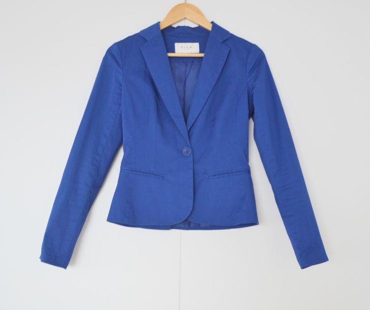 Blauwe blazer Merk: Vila  Maat: XS  Shop via https://shop.beautytalk.be/product/blauwe-blazer-vila/