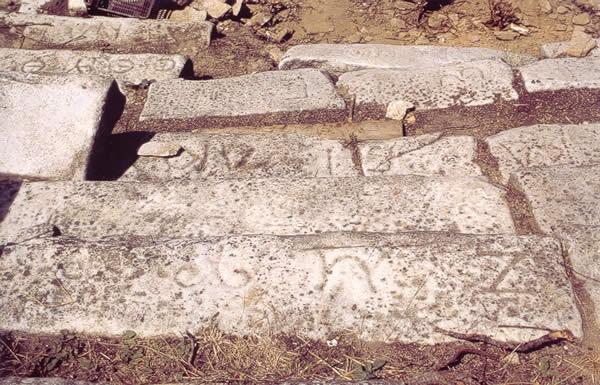 """""""Inscripciones de los asientos reservados para algunas corporaciones ciudadanas en el teatro de Tasos. FOTO: I. Rodá.""""  https://www.pinterest.com/aricelisrodrig/teatros-anfiteatros-y-circos-romanos/"""