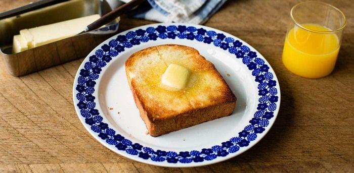 さっくりキツネ色に焼けた、食パン。 香り高いバターをのせて食べれば、なんだか眠たい朝もシャキッと一気に元気がでますよね? シンプルなバタートーストももちろんおすすめですが、今回は食パンラバーさんに贈る、食パンを使った一週間分のアレンジレシピをご紹介します♪