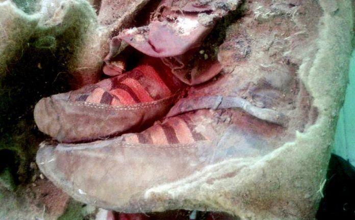 Archeologové našli na Altaji mumifikované ostatky ženy, která měla na nohou tenisky, jež se hodně podobají sportovním botám zn. Adidas. Tělo leželo ve výši 2800 m a jeho stáří je odhadováno na 1500…