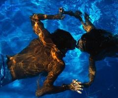 Couple Kissing Underwater #Santorini #couples #love