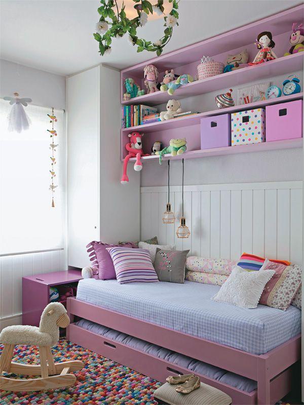 Espaço para os sapatos, carrinho para guardar brinquedos e muito rosa fazem do quarto da Luíza um sonho doce