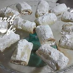 Cevizli Kuru Üzümlü Elmalı Kurabiye Malzemeler; 125 gr. tereyağı ( oda sıcaklığında ) 1 yumurta 1 çay bardağı yoğurt 1 çay bardağı sıvı yağ 1,5 çay bardağı pudra şekeri 1 su bardağı nişasta 3 - 3,5 su bardağı kadar un 1 paket vanilya Yarım paket kabartma tozu İç malzemeler; 4 adet elma 5 çay bardağı ceviz 1 tatlı kaşığı tarçın 1 çay bardağı kuru üzüm 6 yemek kaşığı şeker Hazırlanışı; Elmalarımızın kabuğunu soyuyoruz ve rendeliyoruz. Şekerini, cevizini ve kuş üzümünü koyup kavuruyoruz. Kap...