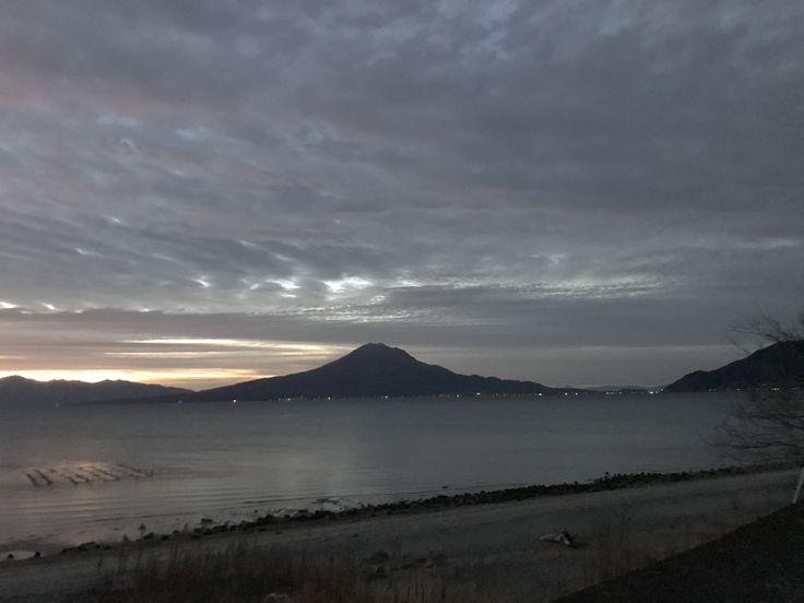 おはようございます(^o^)/  今日の桜島です。  天気は晴れ。少し雲が多いです。  全国高校ラグビー、鹿実が初戦突破!おめでとうございます!  そして今日は仕事納め。一年が早かったです(>_<)  今日も一日、元気に頑張っていきましょう!!!
