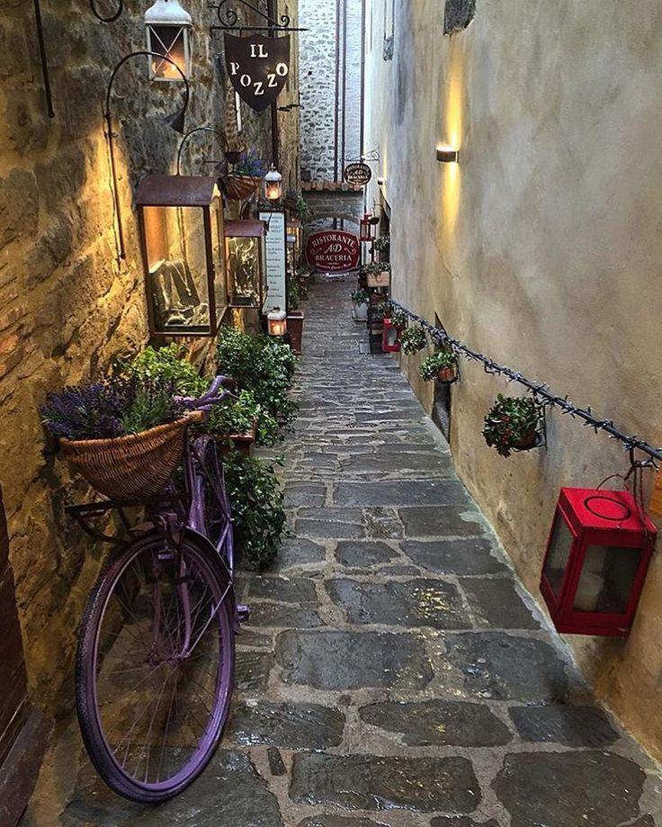 Foto di @gianmarco_bianchi  Il buongiorno di questa mattina arriva da Cortona comune in provincia di Arezzo principale centro culturale e turistico della Val di Chiana aretina. La superficie del territorio comunale è la quarta più estesa della Toscana (la seconda escludendo i capoluoghi di provincia) e la 29ª in Italia. Antica lucumonia facente parte delle dodecapoli etrusca è situata a sud della provincia di Arezzo ed a sud-est della regione Toscana al confine con la regione Umbria.  Nel…
