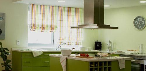 Consejos e ideas para escoger cortinas para decorar o realzar la decoración de tu cocina. Más información en: http://cocinaspequenas.com/como-hacer-cortinas-para-cocina/