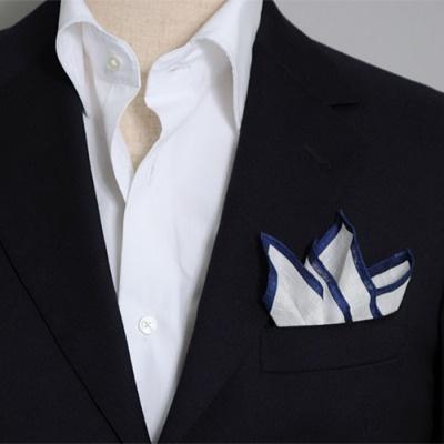 リネン100%のポケットチーフ(縁は紺のカラープリント) 100% linen pocket handkerchief.