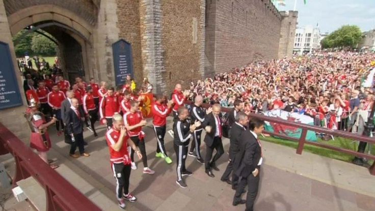 Euro 2016: Thousands greet Wales team in Cardiff - BBC News
