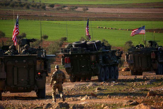 Die Luftwaffe der von den USA angeführten internationalen Militärallianz hat am Donnerstag in Syrien einen Konvoi regierungstreuer Kräfte bombardiert.