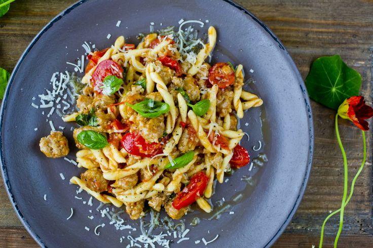 Pasta treccine med krydret italiensk pølse - Pasta med salsiccia er en superenkel familiefavoritt som krever sin pølse men den er til gjengjeld verdt å lete etter. Salsiccia er en godt krydret italiensk medisterpølse. Som et alternativ kan du bruke andre smakfulle grove pølser, og de bør helst være rå. Tips: Du kan også lage en hvit variant. Erstatt tomatene med 2 desiliter matfløte. La det koke opp før du rører inn en håndfull revet parmesan og en håndfull grovhakkede valnøtter. Dryss over…