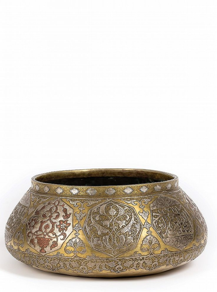 'MAMLUK' REVIVAL DESIGN BRASS BOWL Damascened brass inlaid with silver and copper. Of shallow rounded form, with a slightly everted rim of reciprocal diamond pattern. Body engraved with decorative arabesques and calligraphy.  Dimensions: 11 cm height25 cm diameter I Albahie Auction House
