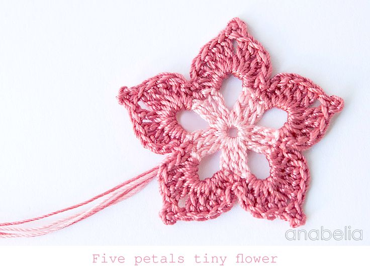 Five petals tiny crochet flower by Anabelia Tutorial ༺✿Teresa Restegui http://www.pinterest.com/teretegui/✿༻