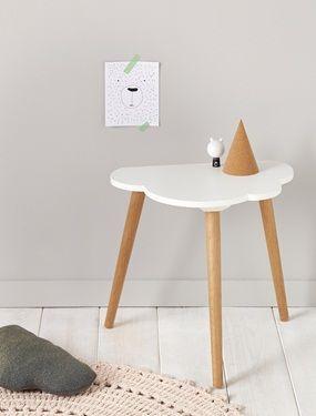 Kleiner Dreibeiniger Tisch Aus Eichenholz In Schlichtem Wolken Design. Ob  Als Beistell  Oder