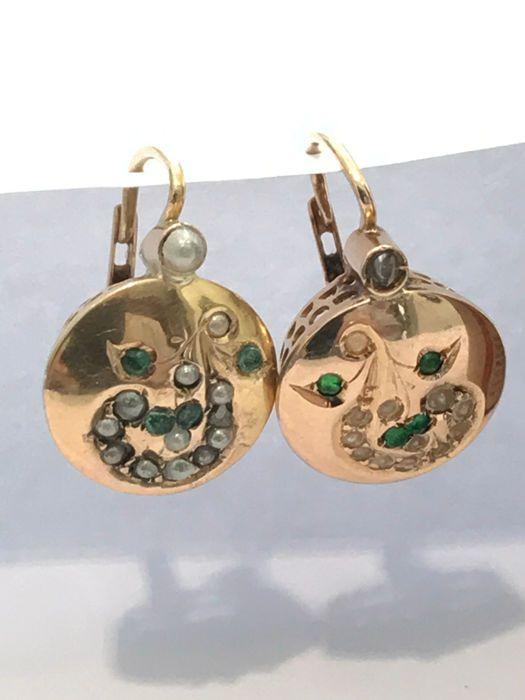 Antieke oorbellen met diamanten en parels  Handgemaakt in de 19e eeuw. De oorsprong is onbekend. Vele tekenen van slijtage en restauratie integratie van parels en diamanten een parel is gebroken. Geen kenmerken. De metalen hallmark is getest op toetssteen. 14 kt geel goud. Decoratieve deel afmetingen: 14 x 12 mm. gewicht: 390 g. De hendel ruggen zijn gewijzigd gedurende de looptijd van het item van juwelen de haak is gesloten op de rug en niet op de voorzijde als op antieke hendel rug. Als…