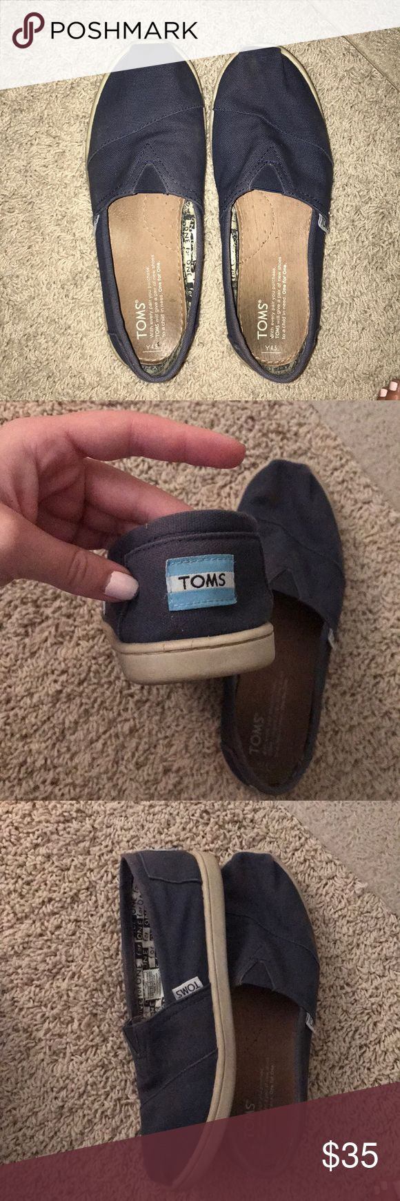 Navy blue toms Good condition and very comfortable Toms Shoes Sandals & Flip Flops