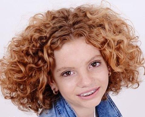 Krullen geknipt bij krullenkapper Haarstudio DUET & friends te Hengelo. hairstyles.  Dit is natuurlijk krullend haar, geen permanent en NIET geknipt met de Curlsys methode van Brian Mclean, model is geknipt door krullenkapper, krullenspecialist, allround hairstylist . Marjan van Haarstudio Duet & friends in Hengelo.