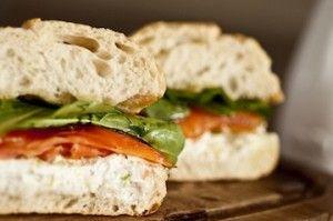 Receita Dedo de Moça: Sanduíche de salmão defumado, coalhada e raspas de limão