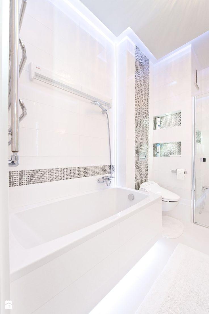 Łazienka, toaleta - Średnia łazienka w bloku bez okna, styl glamour - zdjęcie od Fawre s.c. glamour bathroom | mosaic | white silver | modern | luxury