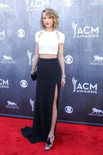 Η νεαρή Taylor Swift εντυπωσίασε με ένα εκλεπτυσμένο ασπρόμαυρο σύνολο, που αποτελούνταν από crop top με cut-outs και μαύρη φούστα με side slit, J. Mendel. Ολοκλήρωσε το σύνολο με τα Trikini πέδιλα του Οίκου, Casadei.