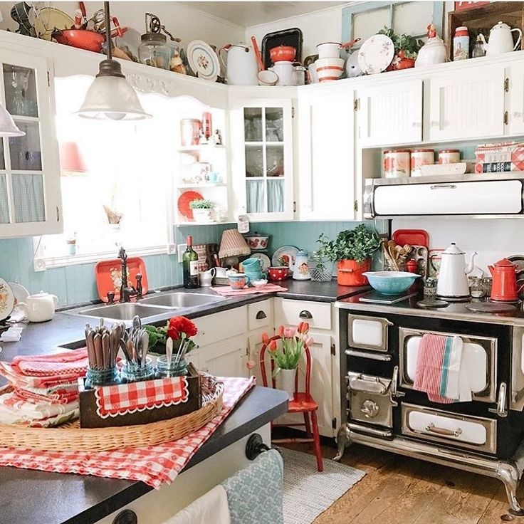 Pops of red and blue are the highlight in this happy kitchen by @spruceridgevint…