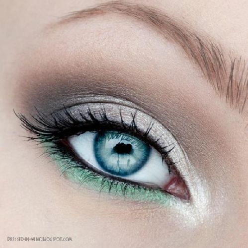 Mermaid Smokey Eye This is the PERFECT way to brighten up your eye area and also a great way for those looking to add a bit of drama to their makeup routine but not wanting to go too trendy!