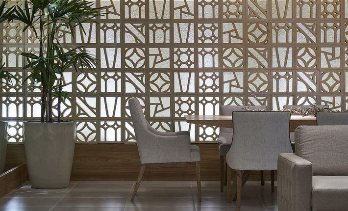 Aconchego e elegância foram as características priorizadas pelas arquitetas Melissa Cabral e Lívia Rios para criar esta sala de estar e jantar. O ambiente harmoniza design minimalista no mobiliário e referências afetivas na decoração. O espaço atemporal foi elaborado utilizando elementos decorativos, como espelhos e cobogós, e uma iluminação cênica. O design italiano foi destacado na escolha da paleta de cores. A temática africana foi escolhida para as formas dos móveis e para as…