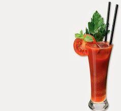 Oggi Bloody Mary! Mettere in un bicchiere da long drink: 60/70 grammi di succo di pomodoro, 40 grammi di vodka, il succo di mezzo limone, qualche goccia di worcester sauce, sale di sedano, pepe e, facoltativo, 2 gocce di tabasco. Mescolare bene e aggiungere due cubetti di ghiaccio.