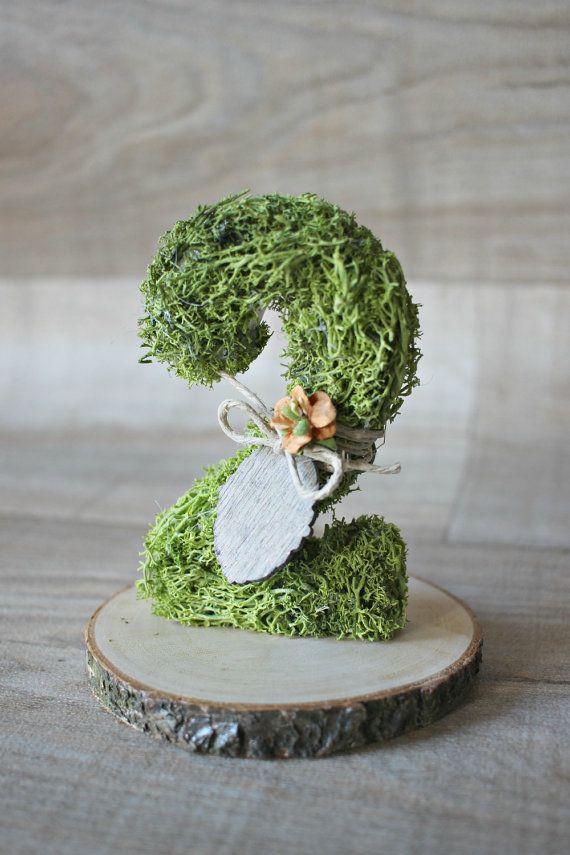 Muschio fresco, rustico e magico, decorazione aggiungere il tocco speciale il vostro matrimonio a tema bosco!  I miei numeri di muschio sono la scelta perfetta per la vostra tavola di nozze foresta.  Attentamente completamente coprire ognuno sul davanti e indietro a mano con questo dolce muschio verde e aggiungere tutte le decorazioni supplementare.  Questo elenco è per un numero con supporto in legno. È possibile acquistare come molti come si desidera la quantità nel menu di selezione.  Si…