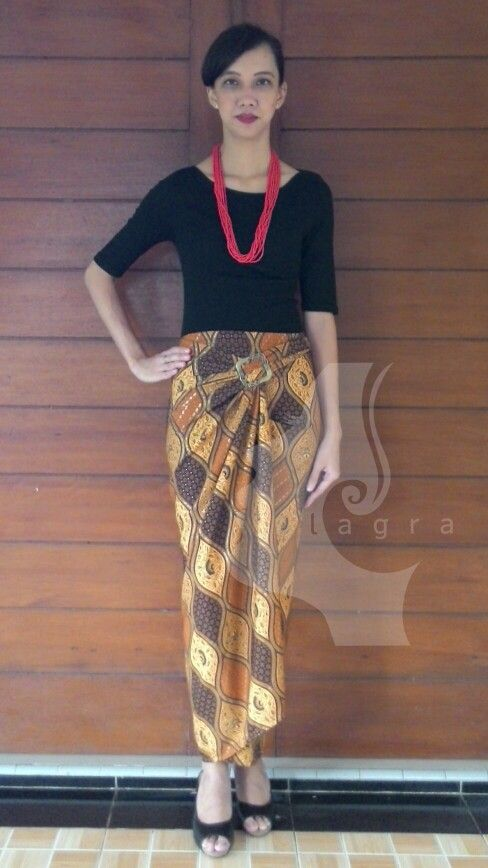 KL 13 # Length skirt   : 115cm # Model height : 165cm # Include Buckle # Price : IDR 110,000 (excl. Shipping cost) # For Order : Whatsapp  (+62)821 1435 4527 # Shipping from Tangerang, Indonesia #batik #kainlilit