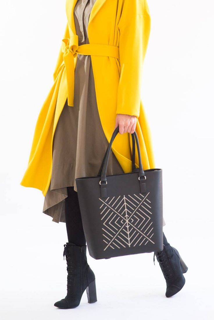 Black leather maxi bag suited with yellow trench #NEO #newcollection #iuttakeatherbags