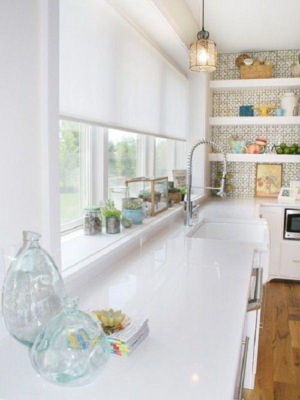 weiße Küche Quarzstein länglich Textilstoff Jalousie
