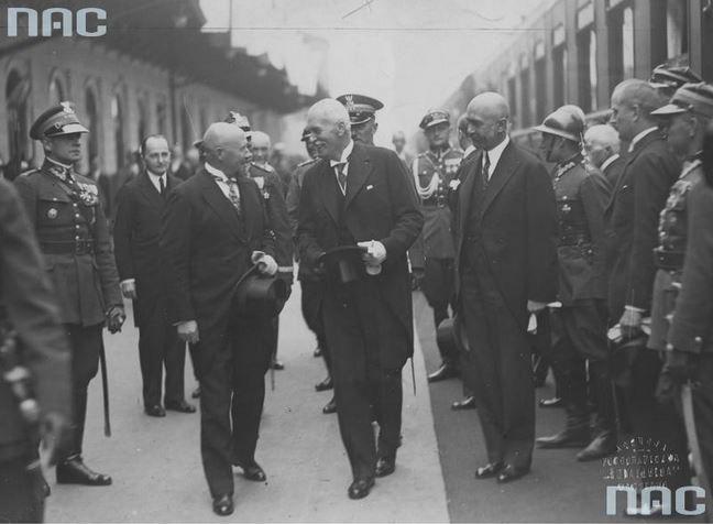 Prezydent RP Ignacy Mościcki (na pierwszym planie w środku) w towarzystwie ministra pracy i opieki społecznej Aleksandra Prystora (z lewej) i premiera Walerego Sławka (z prawej) na peronie Dworca Głównego w Warszawie przed odjazdem do Gdyni skąd udał się do Estonii. Z lewej widoczny płk. Bolesław Wieniawa-Długoszowski.