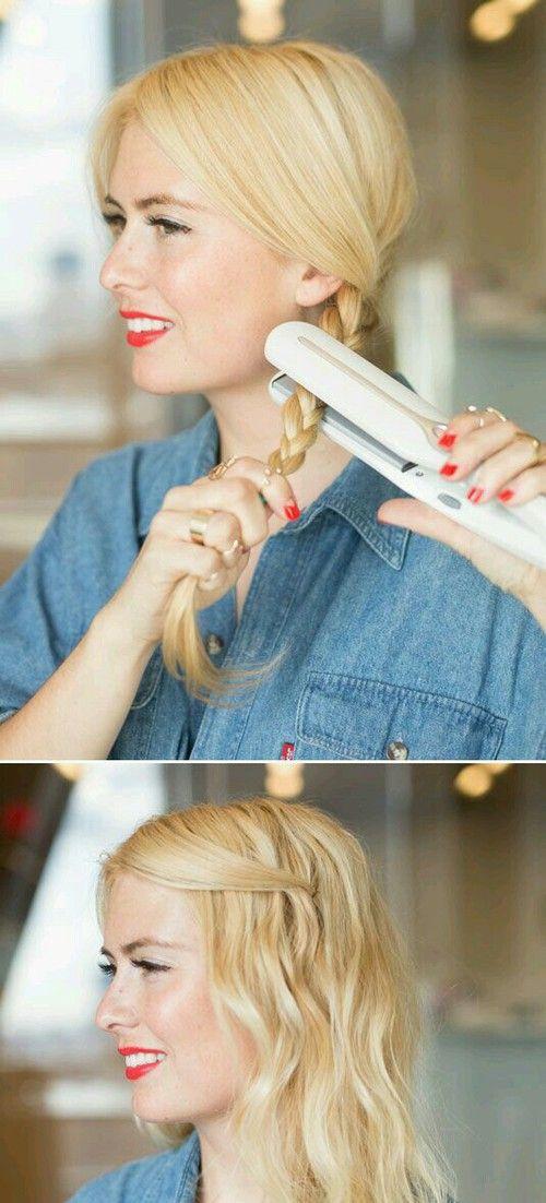 chica rubia planchando su cabello trenzado