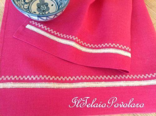 Piccoli motivi bianchi  .. per la coppia di asciugamani in lino, color erica, della Zweigart