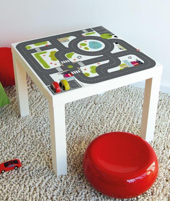 """Il en faut parfois peu pour rendre nos enfants heureux… Customisez avec le circuit """"Small City"""" la table Lack de chez Ikéa."""