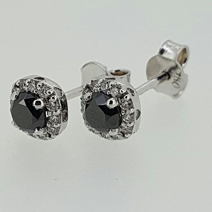 Diamanten oorbellen in witgoud - formaat 6 x 6  Een prachtige set diamantoorringen in witgoud met behandelde zwarte diamanten gecombineerd met 24 witte diamanten.Deze oorbellen hebben een mystieke schoonheid en past perfect voor een avondje uit op de stad of een partij zwarte stropdas.We weten dat elk detail telt dat is de reden waarom wij hebben ringen oorbellen kettingen en armbanden die past bij dit mooie stuk.2 x 0 30ct behandeld zwarte briljant geslepen diamanten.24 x 0 0066ct briljant…