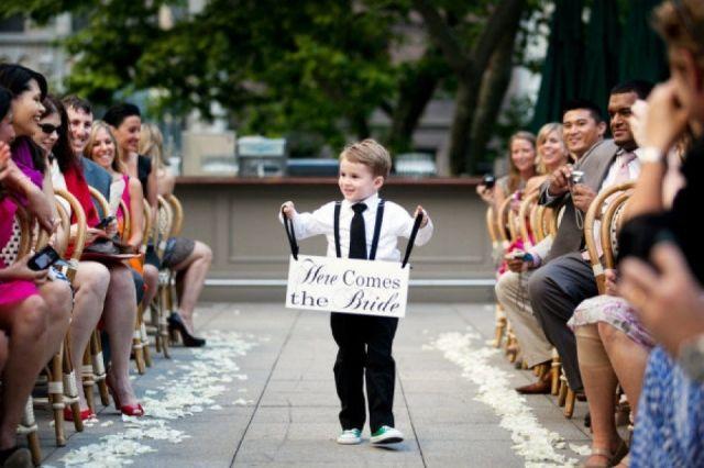 Schattig kindje tijdens de ceremonie