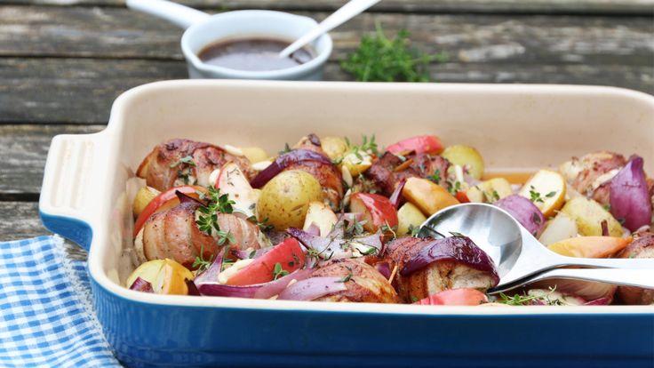 Baconsurret kylling med eple og potet i form