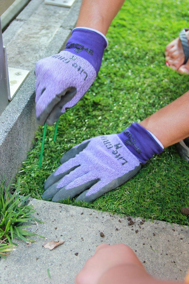 人工芝でお手入れ要らず、子どもが遊べる緑の庭に!【リアルロール人口 ... 緑色で、さらに芝目に隠れてしまうので、打ち込んだピンはほとんど目立ちません。 ピンは金槌で叩くとすんなり入っていきます。 入っていかない時は下に石があるよう ...