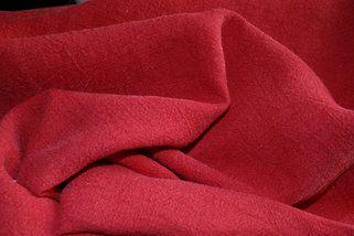 Rode linnen stof voor op de eettafelstoelen