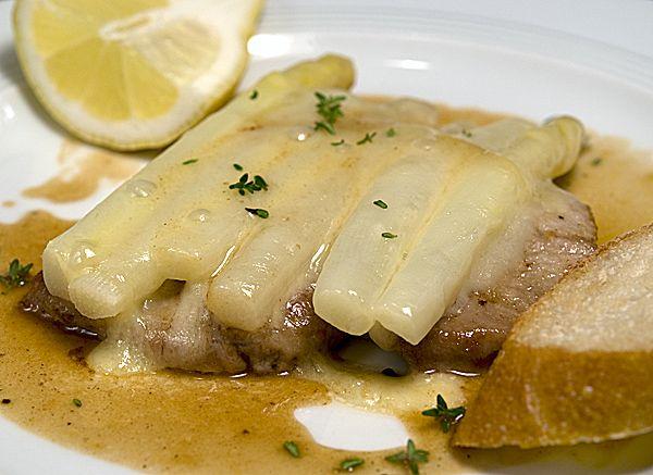 Spargel goes Italia: Kalbsschnitzel mit Spargel und Fontina-Käse nach Marcella Hazan