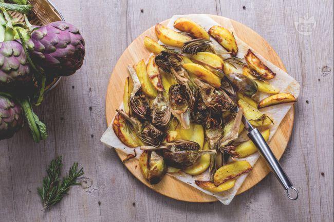 Carciofi e patate sono un contorno che si abbina perfettamente con moltissimi secondi piatti sia a base di carne che di pesce!