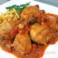 Esta receta de pollo con tomate es la tradicional que se hace en el sur, con ingredientes sencillos. Un guiso familiar que puedes acompanar con patatas fritas ¡y mucho pan para mojar!
