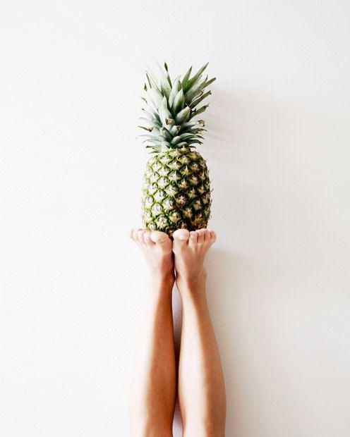 Ananas-Foto - Fine-Art Print, Ananas, Obst, skurrilen, Küche Kunst, Grafik, Füße, Wandkunst, frische, moderne, tropische, minimal, Gesundheit