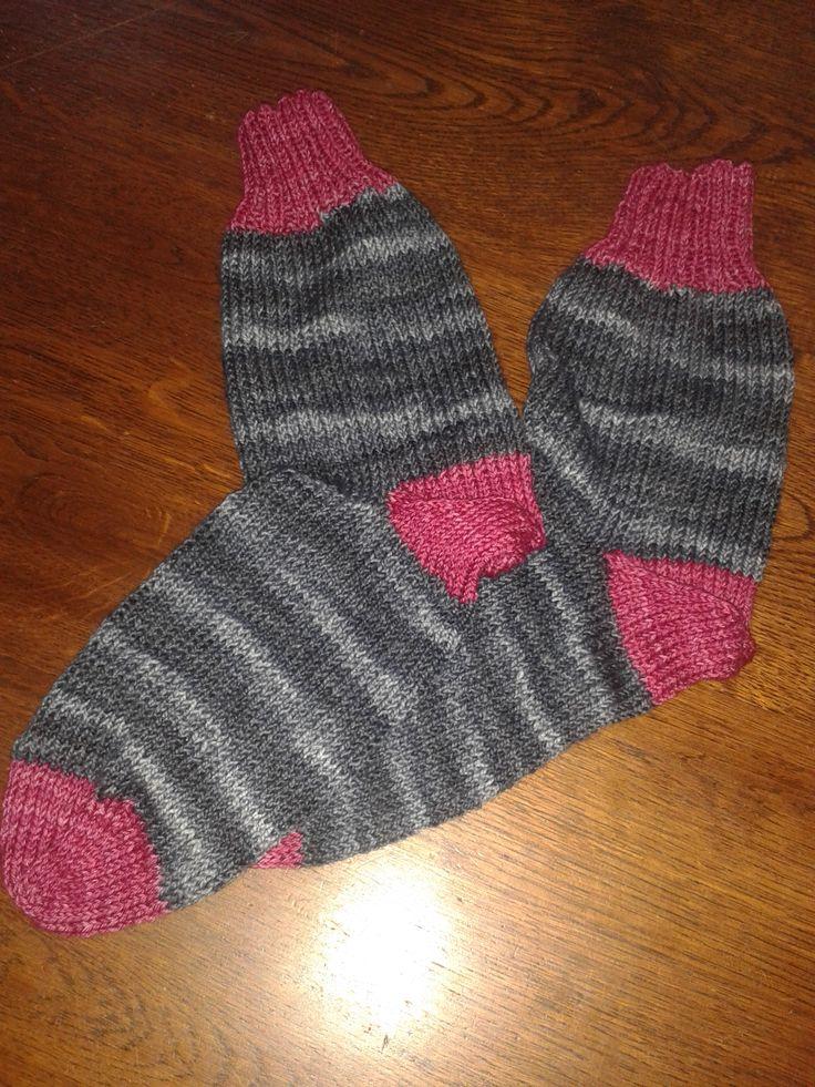Grijze sokken met roze boord, hiel en tenen. De eerste keer dat ik een achteraf hiel heb gemaakt. #25