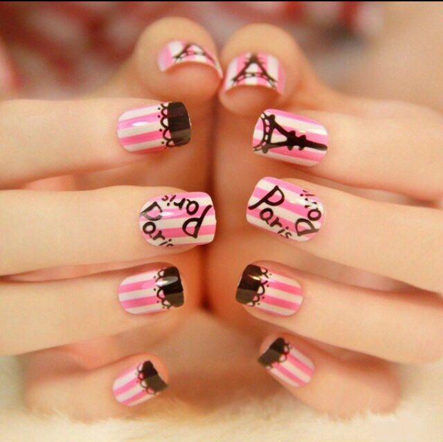 Estilo de uñas parisino color rosa con lineas blancas y negras