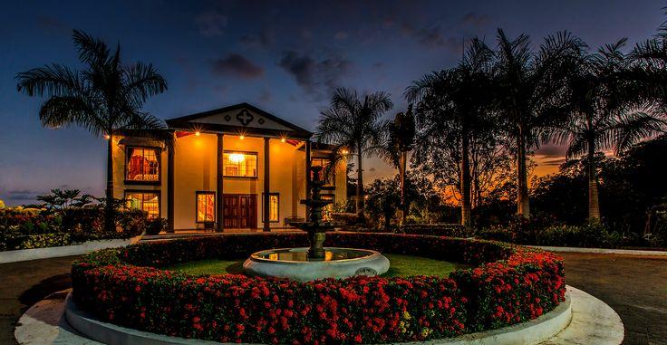 Vous pouvez terminer votre journée en admirant le coucher du #soleil dans cette magnifique #villa. #CostaRica#luxuryhome #luxuryvilla #Lifeisgod #Luxury #Dreamhome #Residence #Instagood #Success #Instadesign #Exclusive #Inspiration #luxurylifestyle #realestate #millionaire #design  #magnifique #été #Caraibe #caribbeanstyle#sunset #sunsetlovers