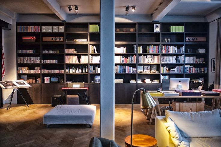 Amazing library in this Antwerp New York loft. Inspired on the library in the Mercer hotel lobby. Design by Luc Vervoort. Books mainly by Taschen.