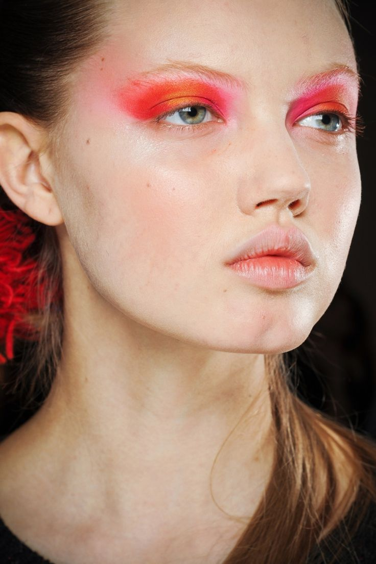 dostluq: catwalkqueens: Lindsey Wixson backstage at Thakoon FW 11/12 I like this Am I allowed to wear eye makeup like that or is it only for models
